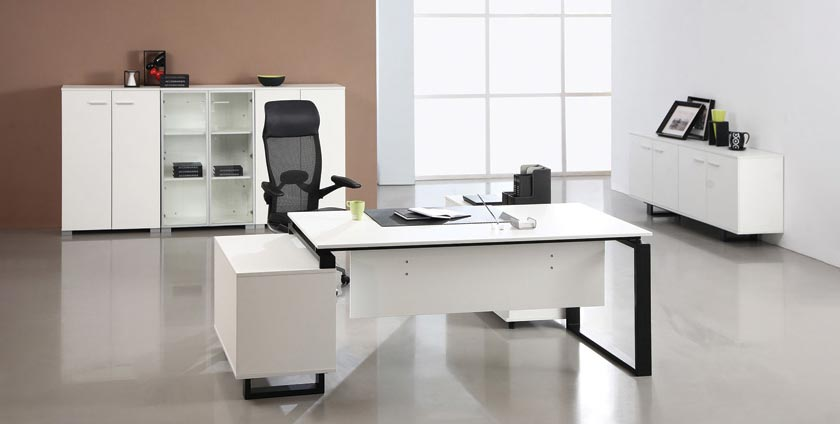 Features a nice office desk